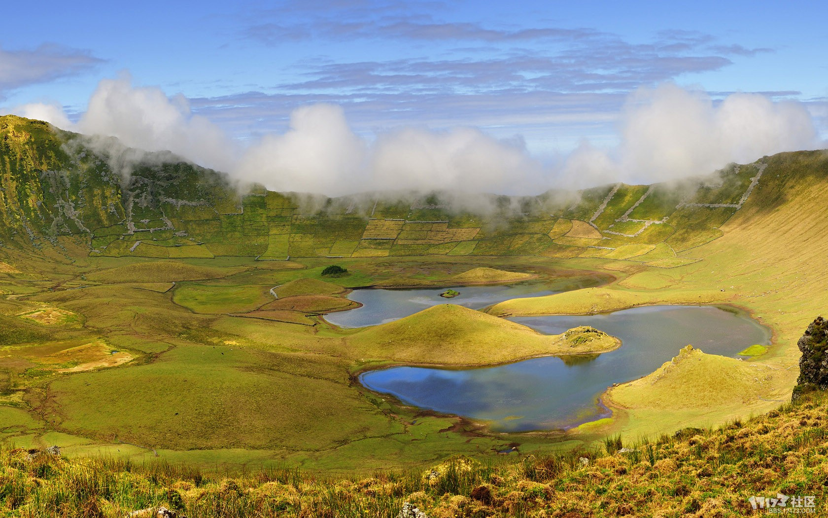 火山口上的湖泊风景